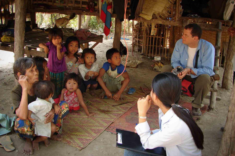 Une grand-mère élève seule huit enfants dans un petit village d'anciens réfugiés internes au Cambodge. Scolariser ces enfants est une priorité et nous permet de suivre les enfants sur le long terme
