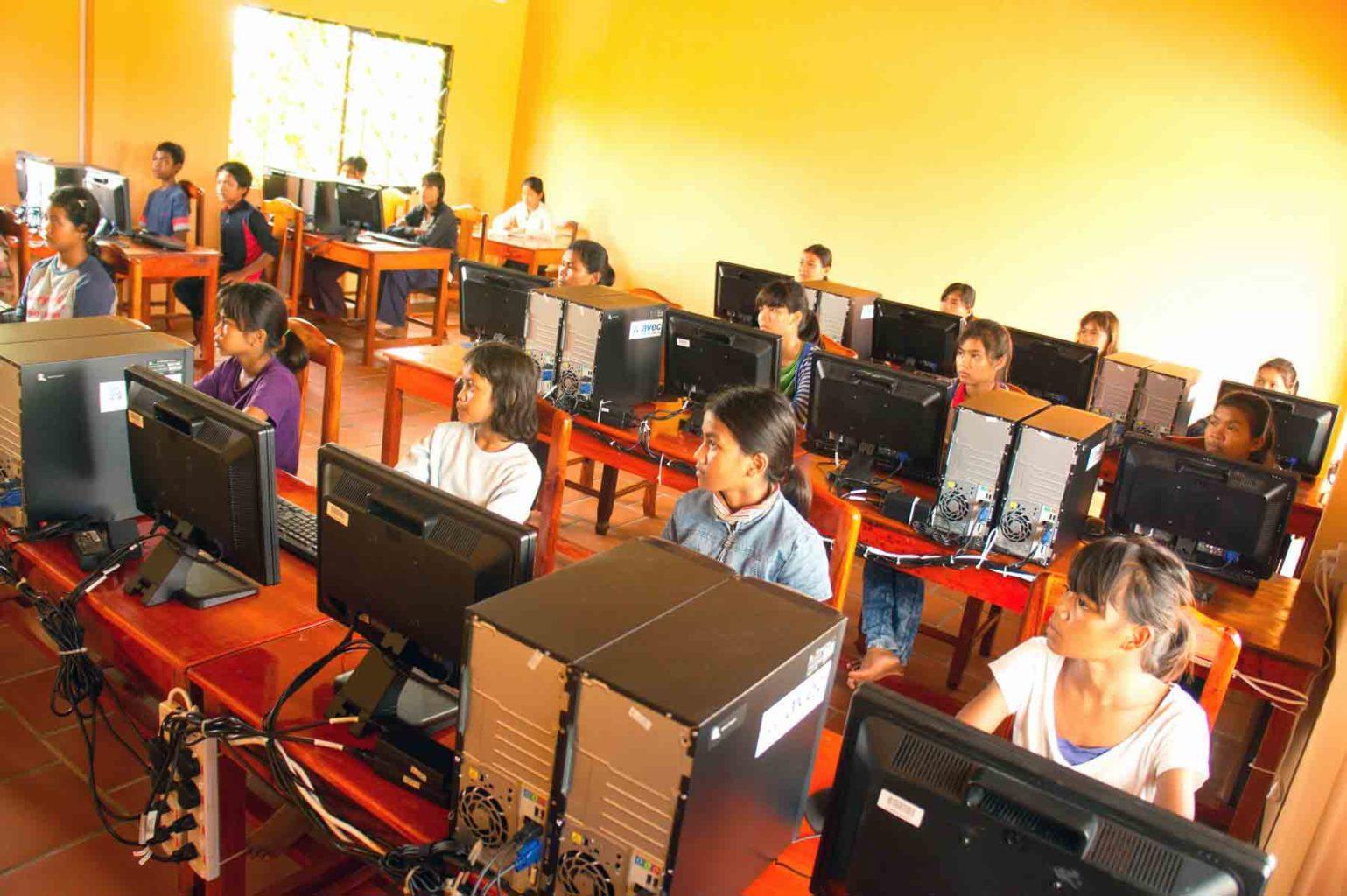 Quand on est un enfant pauvre de la campagne au Cambodge, avoir accès à l'informatique permet d'ouvrir de nouveaux horizons. Cette action fait partie de notre programme de scolarisation et de lutter contre la maltraitance des enfants.