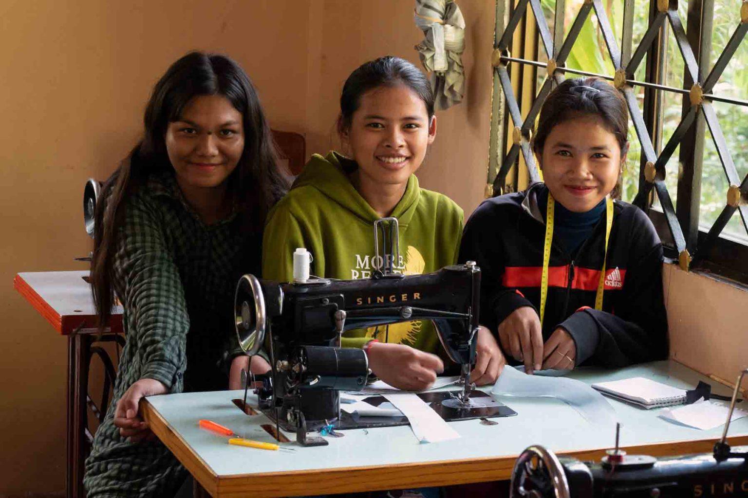Trois jeunes étudiantes stylistes-couturières qui pendant une année apprennent gratuitement un métier qui changera durablement le destin de leurs vies