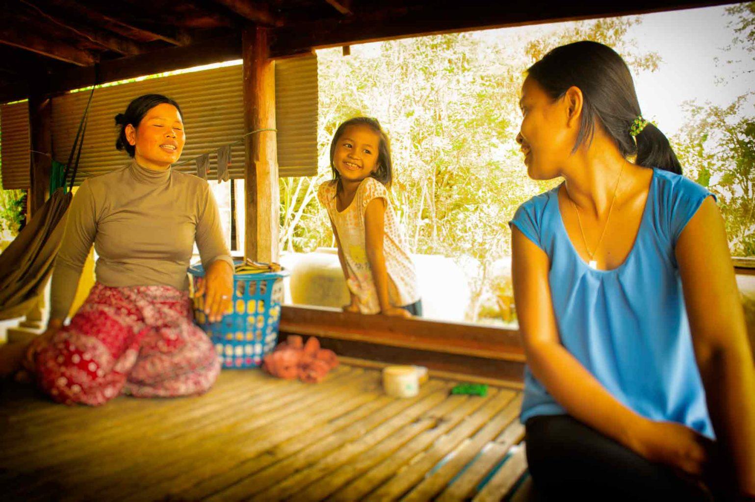 Les mamans de substitution qui vivent et s'occupent des enfants du refuge 24/24 sont des femmes souvent abandonnées qui vivent dans la précarité. Travailler au refuge est un nouveau départ, une nouvelle chance donnée à ces femmes courageuses.